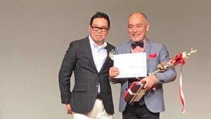 第6回スター講師誕生!2020 優勝 横川敏幸さん 優勝トロフィーと